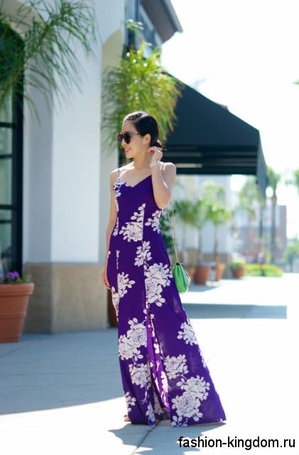 Летнее платье фиолетового цвета с принтом длиной в пол, свободного кроя, без рукавов.