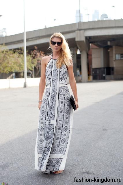 Длинное летнее платье черно-белого цвета с геометрическим принтом, свободного кроя, без рукавов.