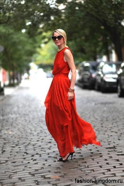 Вечернее длинное платье красного цвета на лето, полуприталенного фасона, без рукавов.