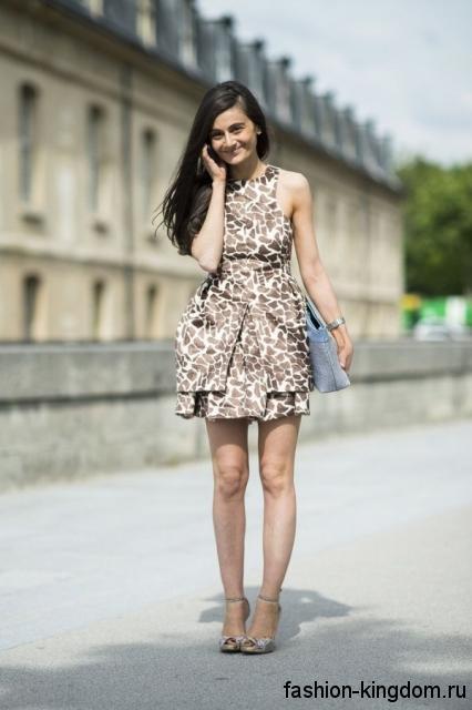 Короткое летнее платье с леопардовым принтом, с пышной юбкой и без рукавов.