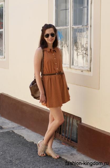 Короткое летнее платье рыжего цвета в горошек, свободного фасона, с тонким ремешком.