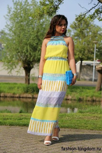 Летнее длинное платье желто-голубой расцветки, прямого фасона с акцентом на талии.