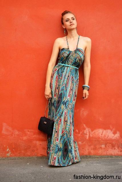 Летнее длинное платье с абстрактным принтом, прямого силуэта, без рукавов.