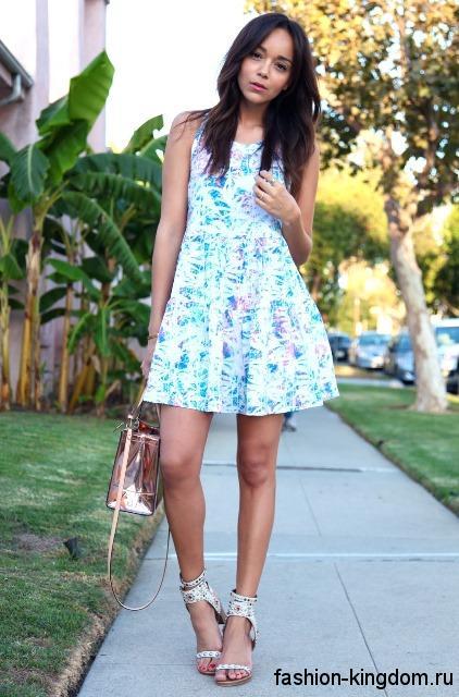 Летнее короткое платье бело-голубой расцветки, А-образного силуэта, без рукавов.