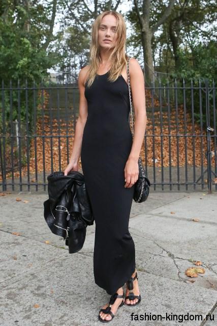 Длинное летнее платье черного цвета, приталенного фасона, без рукавов.
