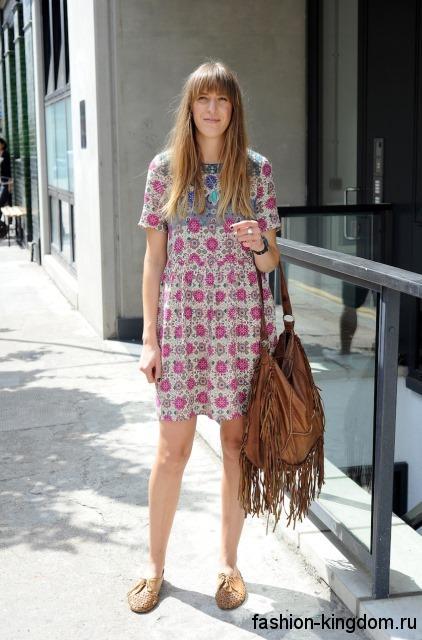 Платье-мини в стиле хиппи на лето, серого тона с цветочным принтом, свободного фасона.