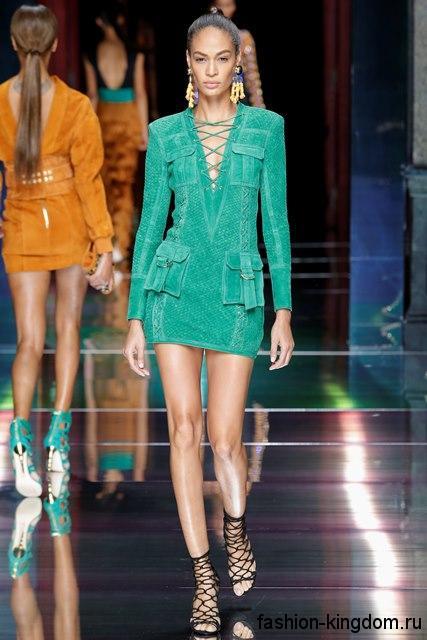 Короткое летнее платье бирюзового цвета, приталенного фасона, с длинными рукавами и глубоким декольте от Balmain.