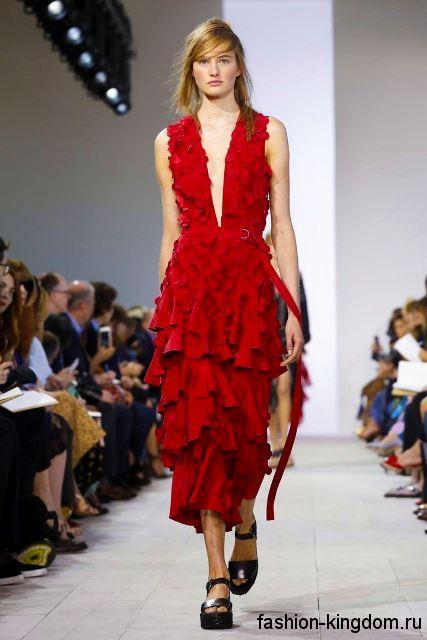 Платье-миди красного цвета на лето, прямого кроя, с глубоким вырезом и оборками от Michael Kors.