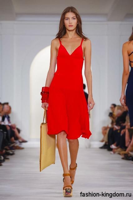 Красное летнее платье длиной до колен, полуприталенного фасона, без рукавов из коллекции Ralph Lauren.