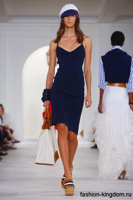 Летнее платье темно-синего цвета, длиной до колен, приталенного кроя, без рукавов от Ralph Lauren.