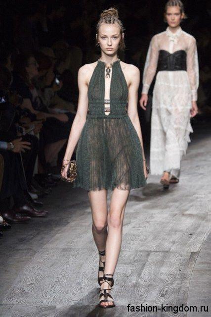 Шифоновое летнее платье длиной выше колен, с акцентом на талии, открытой спиной и глубоким вырезом от Valentino.