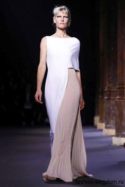 Длинное летнее платье бело-бежевого цвета, асимметричного кроя, без рукавов от Vionnet.