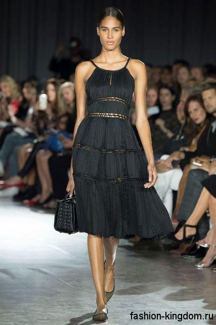 Черное летнее платье длиной до колен, с пышной юбкой и приталенным верхом из коллекции Zac Posen.
