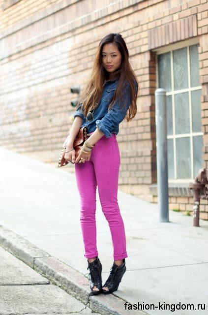 Джинсовая рубашка синего цвета, с накладными карманами и длинными рукавами в тандеме с розовыми брюками.