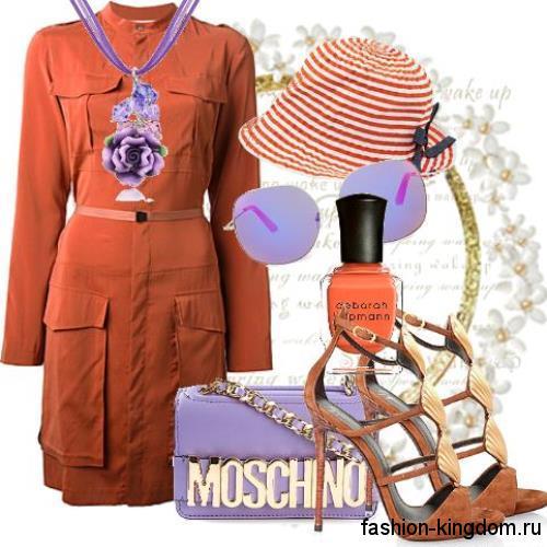 Летняя шляпа красно-белого цвета в полоску, с небольшими полями в тандеме с платьем оранжевого тона.