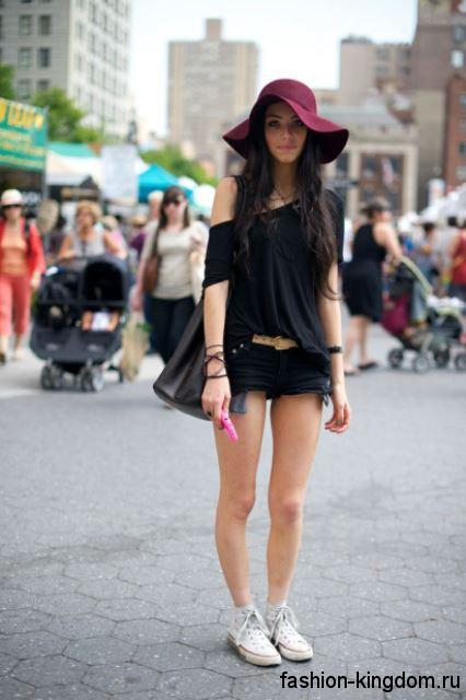 Летняя шляпа цвета марсала с широкими мягкими полями сочетается с джинсовыми шортами и топом черного цвета.