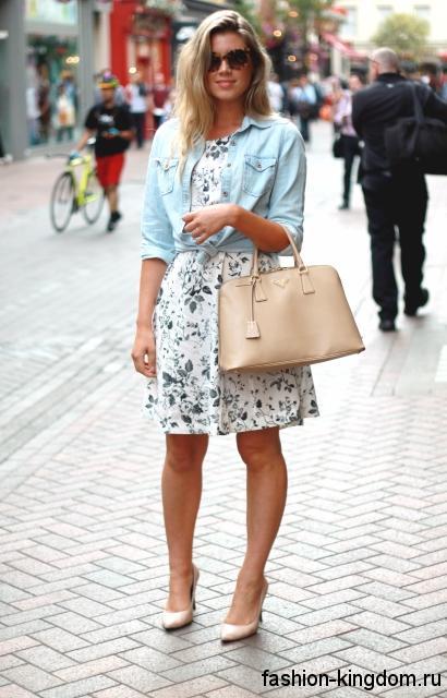 Летняя джинсовая рубашка голубого цвета с рукавами три четверти в тандеме с белым платьем с растительным принтом.