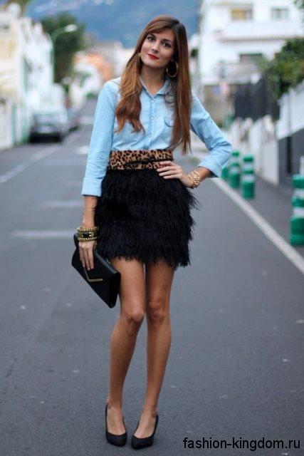 Модная джинсовая рубашка голубого цвета с рукавами три четверти сочетается с пышной юбкой-мини черной тона.