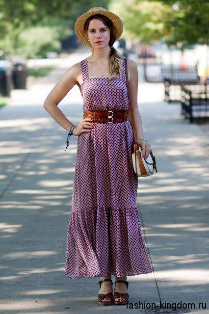 Летняя шляпа с узкими полями сочетается с длинным платьем фиолетового цвета с широким кожаным поясом.