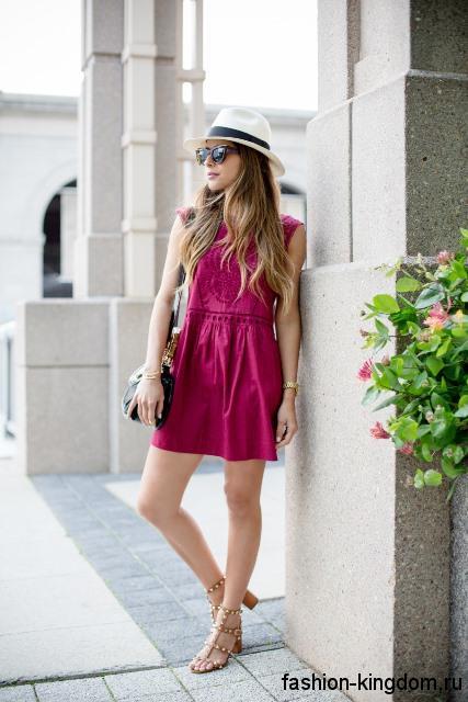 Летняя шляпа федора белого цвета с черной лентой в сочетании с коротким платьем розового тона.