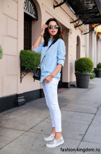 Летняя джинсовая рубашка голубого тона в сочетании с узкими джинсами светло-голубого оттенка.