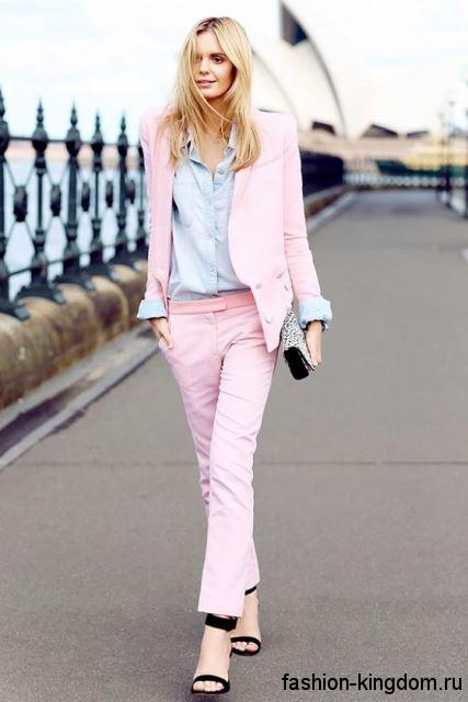 Джинсовая рубашка бледно-голубого цвета сочетается с офисным брючным костюмом светло-розового оттенка.