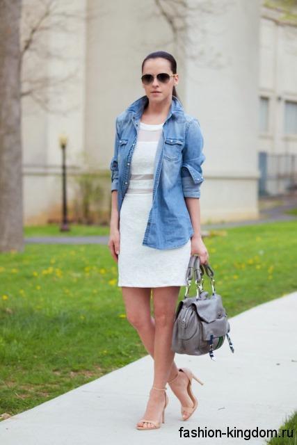 Джинсовая рубашка синего цвета, свободного кроя, с длинными рукавами в сочетании с белым платьем.