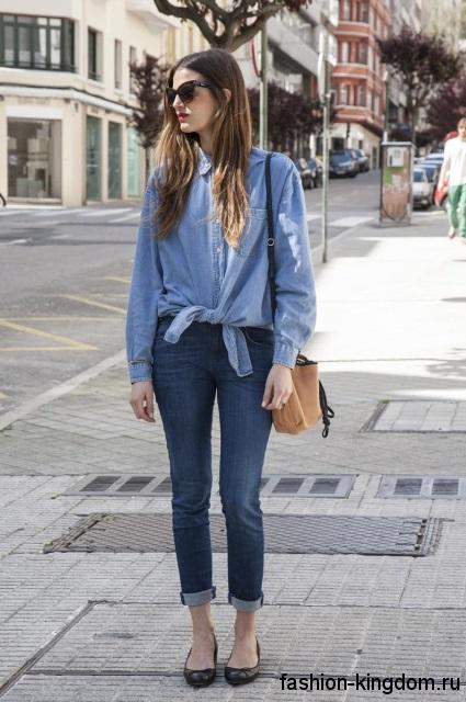 Модная джинсовая рубашка голубого цвета, с длинными рукавами в тандеме с узкими укороченными джинсами.