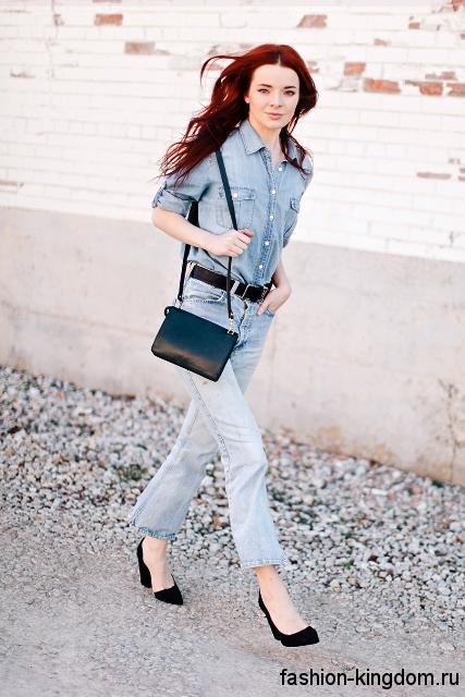 Офисная джинсовая рубашка светло-синего цвета сочетается с классическими джинсами голубого тона.