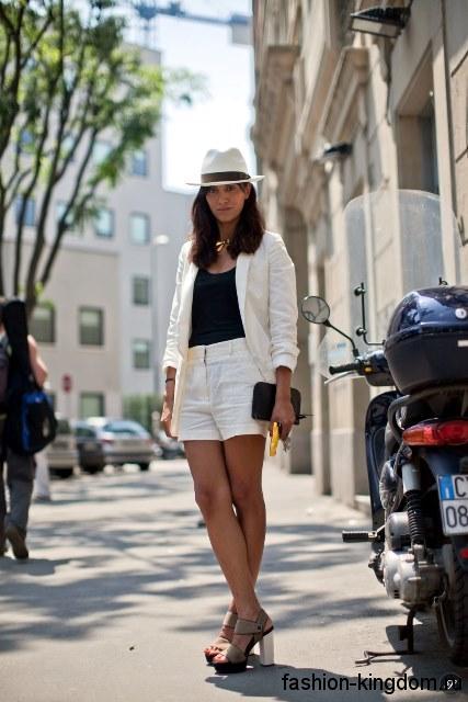 Летняя белая шляпа с черной лентой сочетается с шортами и пиджаком белого цвета.