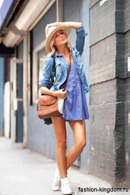 Летняя шляпа федора белого цвета в сочетании с коротким платьем синего тона и джинсовой рубашкой.