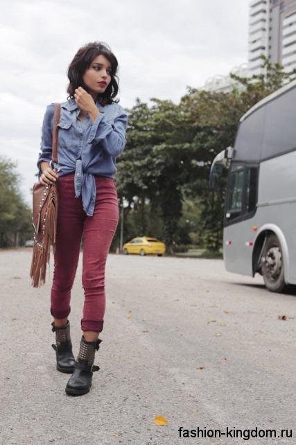 Джинсовая рубашка серо-синего оттенка, с длинными рукавами сочетается с узкими брюками бордового цвета.