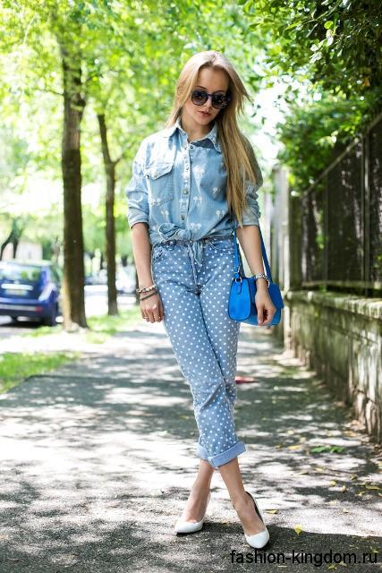 Джинсовая рубашка голубого цвета с длинными рукавами гармонирует с короткими джинсами голубого тона в белый горошек.