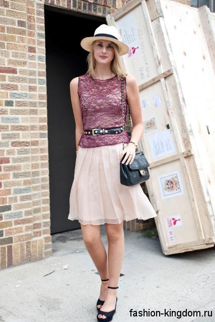 Женская летняя шляпа с прямыми полями в сочетании с ажурной розовой блузой и шифоновой бежевой юбкой.