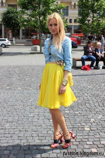 Короткая джинсовая рубашка голубого цвета, с рукавами три четверти в тандеме с пышной желтой юбкой.