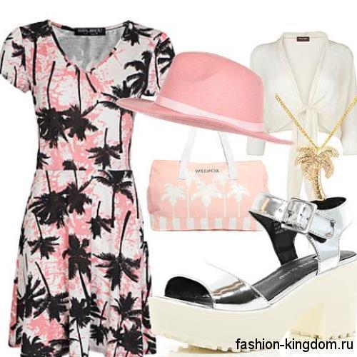 Летняя шляпа розового цвета с тонкой лентой сочетается с коротким платьем розово-черного тона.