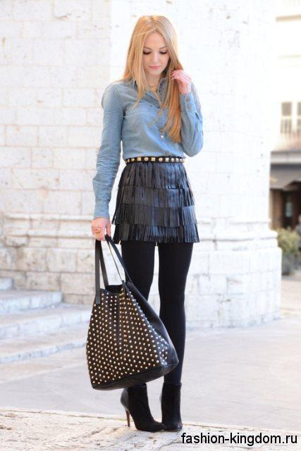 Джинсовая рубашка серо-голубого цвета, с длинными рукавами сочетается с кожаной юбкой-мини черного тона.