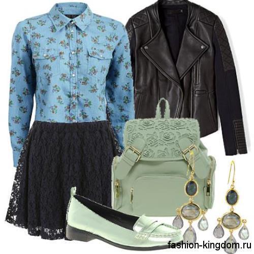 Синяя джинсовая рубашка с цветочным принтом и длинными рукавами сочетается с кружевной юбкой-мини черного тона.