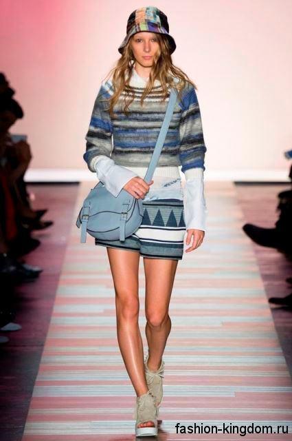 Разноцветная летняя шляпа дополняет шорты и свитер серо-синей расцветки из коллекции BCBG Max Azria.