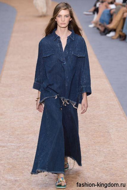 Широкая джинсовая рубашка темно-синего цвета, с длинными рукавами сочетается с широкими джинсовыми брюками от Chloe.