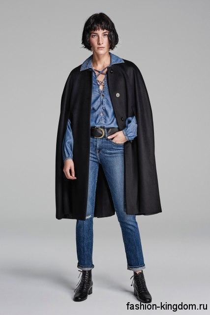 Синяя джинсовая рубашка мужского фасона, с завязками в сочетании с прямыми джинсами от Frame Denim.