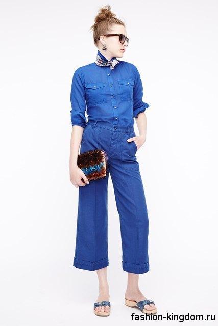 Женская джинсовая рубашка синего цвета, прямого кроя гармонирует с укороченными джинсами от J.Crew.
