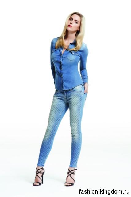 Джинсовая рубашка светло-синего цвета, приталенного фасона в сочетании с джинсами-скинни от Jacob Cohen.