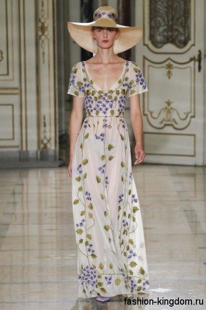 Летняя шляпа бежевого цвета с широкими полями и цветной лентой в тандеме с длинным платьем от Luisa Beccaria.