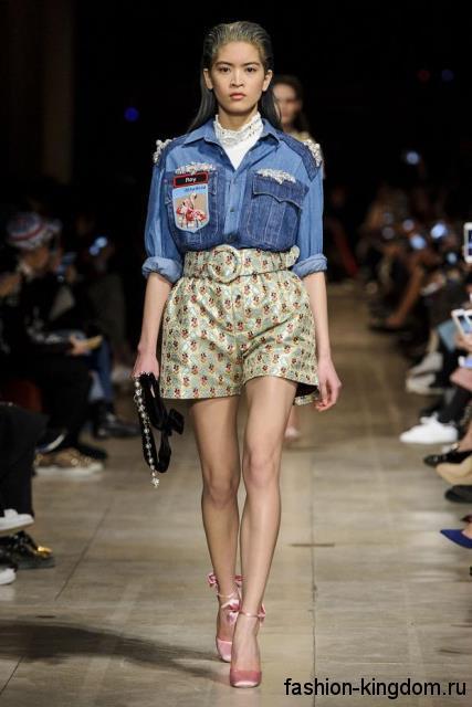 Модная джинсовая рубашка синего цвета с накладными карманами в тандеме с широкими шортами от Miu Miu.