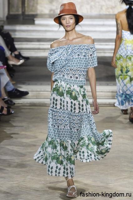 Летняя шляпа федора коричневого цвета сочетается с длинным платьем с цветочным принтом от Temperley London.