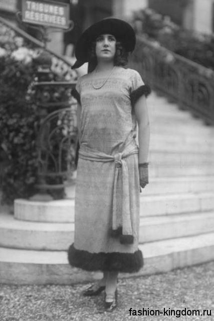 Длинное платье 1920 годов, прямого силуэта, с меховой отделкой и тканевым поясом.