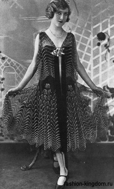 Модное платье 1920 годов расклешенного кроя, длиной ниже колен, без рукавов, декорированное бантом.