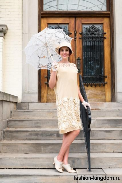 Платье-миди в стиле 1920 годов, бежевого цвета, свободного фасона, с ажурными вставками в сочетании со шляпой клош.