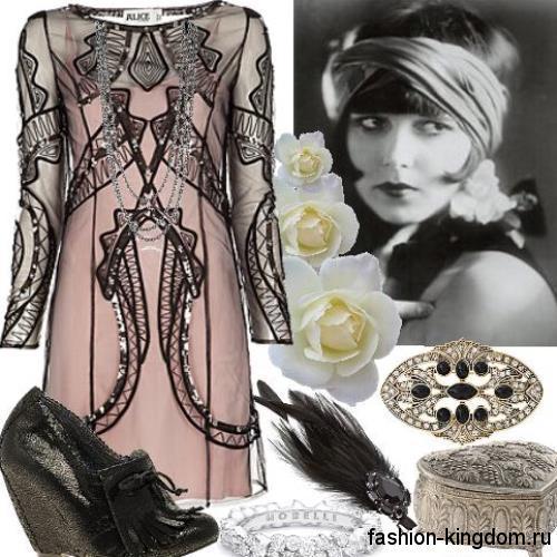 Платье-миди бежевого цвета 1920 годов, с длинными гипюровыми рукавами в тандеме с серебристыми украшениями.